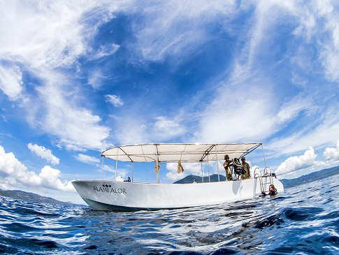Das eines der Fiberglasboote der Alami Alor Divers