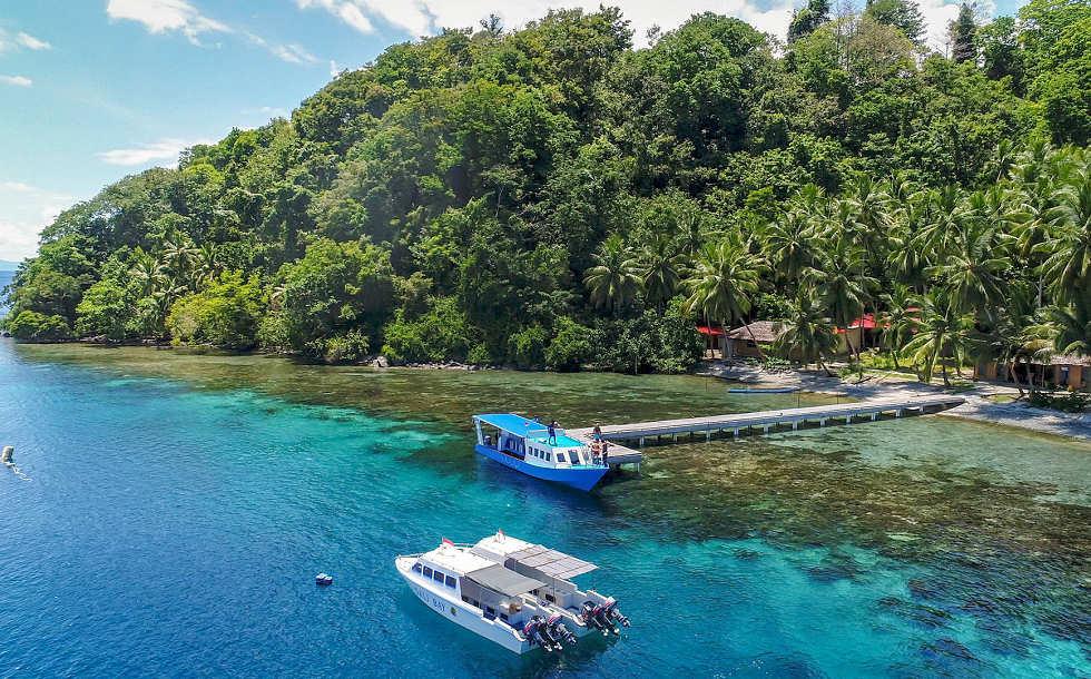 Blick auf den Jetty der Sali Bay Tauchbasis in Halmahera