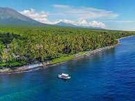 """Balis Nord-Ostküste um Tulamben. Im Hintergrund der Vulkan """"Gunung Agung"""""""
