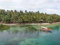 Blick auf das Blue Bay Divers Tauchresort auf Sahaung – Nord Sulawesi