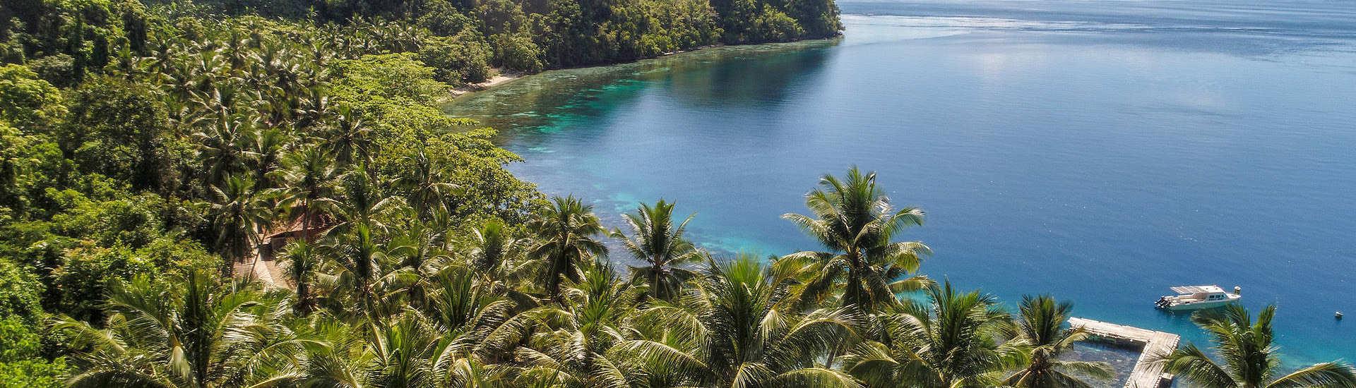 Blick auf die Sali Bay in Halmahera mit dem gleichnamigen Tauchresort