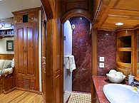 Marmorbad der Master-Suite