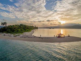 Barbecue am Strand einer einsamen Insel