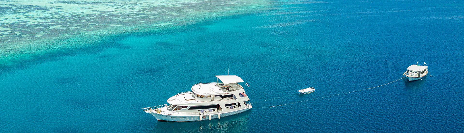 MY Sheena mit Dhoni im Schlepptau – Safarischiff Malediven