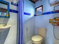 Badezimmer mit Kalt- und Warmwasserdusche und WC
