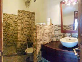 gemauertes Bad mit Warmwasserdusche und WC