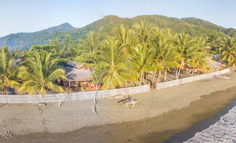 Tompotika Dive Lodge vor den Bergen Sulawesis