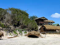 Blick vom Strand auf die Zavora Lodge – Mosambik